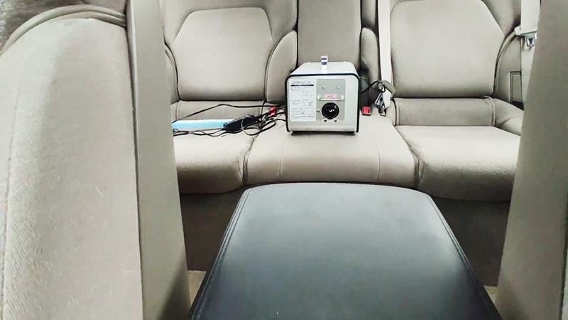 自動車の後部座席中央に設置されたオゾン発生器